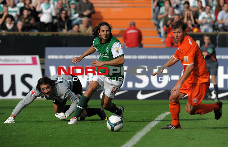 FBL 09/10  07. Spieltag Hinrunde / Weser Stadion<br /> Werder Bremen - Mainz05<br /> <br /> Heinz M&uuml;ller (Mainz #33) Claudio Pizarro ( Bremen #24 ) Florian Heller (Mainz #16)<br /> <br /> Foto &copy; nph ( nordphoto )