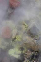 Námafjall, Namafjall, Hverir bei Myvatn, Hochtemperaturgebiet, Geothermalgebiet, Hverarönd, Thermalquellen, Thermalquelle. In dem Hochtemperaturgebiet gibt es Solfataren, also Stellen, an denen Wasserdampf, Schwefelwasserstoff, elementarer Schwefel und andere Mineralien aus der Erde austreten, sowie zahlreiche langsam oder heftig kochende Schlammtöpfe und Fumarolen. Mývatn-Gebiet, Island, geothermal area, Iceland