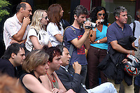 Roma, 28 Agosto 2006.Lavoratori e lavoratrici in assemblea davanti la sede di Atesia di Via Lamaro.Ascanio Celestini riprende l'assemblea e solidarizza con i precari.Rome, August 28, 2006.Workers  in assembly in front of the seat Atesia Via Lamaro.Ascanio Celestini resumed the meeting and solidarity with the precarious.