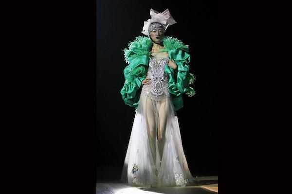 HHY01 PEKÍN (CHINA), 26/10/2012.- Una modelo luce una creación del diseñador chino Sec Qi Gang durante la Semana de la Moda de Pekín, China, hoy, viernes 26 de octubre de 2012. Este evento se celebra del 26 de octubre al 3 de noviembre. EFE/How Hwee Young