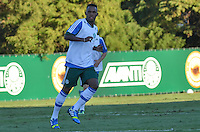 SAO PAULO, 05 DE JUNHO DE 2013 - TREINO PALMEIRAS - O jogador Patrick Vieira durante treino do Palmeiras no CT da Barra Funda, na tarde desta quarta feira, 05, região oeste da capital. (FOTO: ALEXANDRE MOREIRA / BRAZIL PHOTO PRESS)