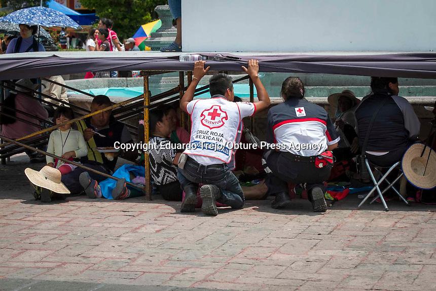 San Juan del R&iacute;o, Qro. 19 julio 2015.- La Delegaci&oacute;n de Cruz Roja San Juan del R&iacute;o, brinda nuevamente atenci&oacute;n m&eacute;dica y alimentos a las mujeres que participan en la peregrinaci&oacute;n al Tepeyac.<br /> <br /> Con al menos 50 elementos de las diferentes Coordinaciones de la instituci&oacute;n, as&iacute; como las Damas Voluntarias,  se instal&oacute; un stand con alimentos y atenci&oacute;n m&eacute;dica gratuita durante el arribo de los contingentes de mujeres peregrinas.