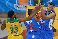 BOGOTÁ -COLOMBIA. 07-06-2014. Jhon Hernandez (Der) de Guerreros de Bogotá disputa el balón con Hunter Randall (Izq) de Cimarrones del Chocó durante el cuarto partido por los playoffs finales de la  Liga DirecTV de Baloncesto 2014-I de Colombia realizado en el coliseo El Salitre de Bogotá./ Jhon Hernandez (R) of Guerreros de Bogotá fights for the ball with Hunter Randall (L) of Cimarrones del Choco during the 4th game for the playoffs finals of the DirecTV Basketball League 2014-I in Colombia played at El Salitre coliseum in Bogota. Photo: VizzorImage/ Gabriel Aponte / Staff