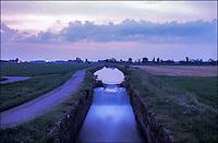 Cascina Conca frazione di Morimondo (Milano), il Naviglio di Bereguardo al tramonto --- Cascina Conca, Morimondo (Milan). The canal Naviglio di Bereguardo at sunset
