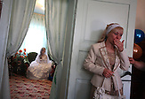 Ramzila Partova wischt sich Tränen aus den Augen an dem Hochzeitstag ihrer Tochter . Kant, Kirgisistan / Ramzila Partova wipes her teary eyes on her daughter's wedding day. Kant, Kyrgyzstan