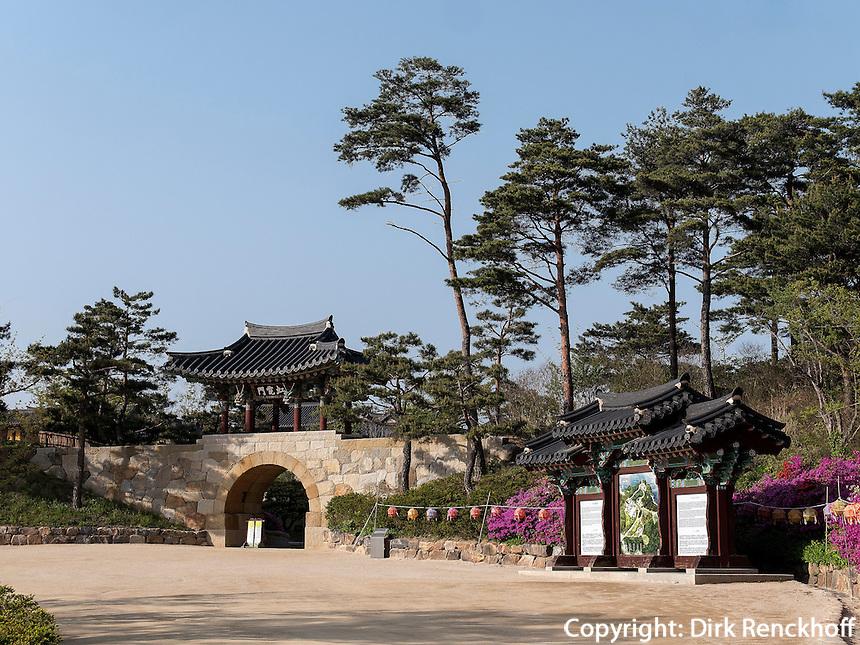 Tor Hongyemun, buddhistischer Tempel Naksan Sa bei Sokcho, Provinz Gangwon, S&uuml;dkorea, Asien<br /> Gate Hongyemun, buddhistic temple Naksan sa near Sokcho, province Gangwon, South Korea, Asia