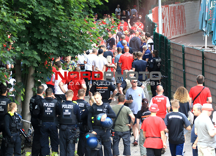 27.06.2020, Stadion an der Wuhlheide, Berlin, GER, DFL, 1.FBL, 1.FC UNION BERLIN  VS. Fortuna Duesseldorf , <br /> DFL  regulations prohibit any use of photographs as image sequences and/or quasi-video<br /> im Bild Unionfans (1.FC Union Berlin)  am Zaun auf der Waldseite, Polizei<br /> <br /> <br />      <br /> Foto © nordphoto / Engler