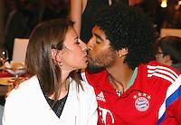 FUSSBALL  DFB POKAL FINALE  SAISON 2013/2014 Borussia Dortmund - FC Bayern Muenchen     17.05.2014 FC Bayern Bankett in der Telekom Zentrale;  Dante (re) kuesst seine Frau Jocelina