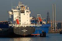 Hamburg am Hafen: EUROPA, DEUTSCHLAND, HAMBURG, (EUROPE, GERMANY), 14.09.2007: Hamburg, Hamburger Hafen, Kirche, Michel, St. Michaelis,Frachter auf Reede, Norderelebe, Pause, Besinnung, anlegen, ausladen.c o p y r i g h t : A U F W I N D - L U F T B I L D E R . de.G e r t r u d - B a e u m e r - S t i e g 1 0 2, .2 1 0 3 5 H a m b u r g , G e r m a n y.P h o n e + 4 9 (0) 1 7 1 - 6 8 6 6 0 6 9 .E m a i l H w e i 1 @ a o l . c o m.w w w . a u f w i n d - l u f t b i l d e r . d e.K o n t o : P o s t b a n k H a m b u r g .B l z : 2 0 0 1 0 0 2 0 .K o n t o : 5 8 3 6 5 7 2 0 9.C o p y r i g h t n u r f u e r j o u r n a l i s t i s c h Z w e c k e, keine P e r s o e n l i c h ke i t s r e c h t e v o r h a n d e n, V e r o e f f e n t l i c h u n g  n u r  m i t  H o n o r a r  n a c h M F M, N a m e n s n e n n u n g  u n d B e l e g e x e m p l a r !.