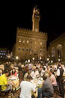 Vita notturna in Piazza della Signoria a Firenze. <br /> Nightlife in Piazza della Signoria, Florence.<br /> UPDATE IMAGES PRESS/Riccardo De Luca