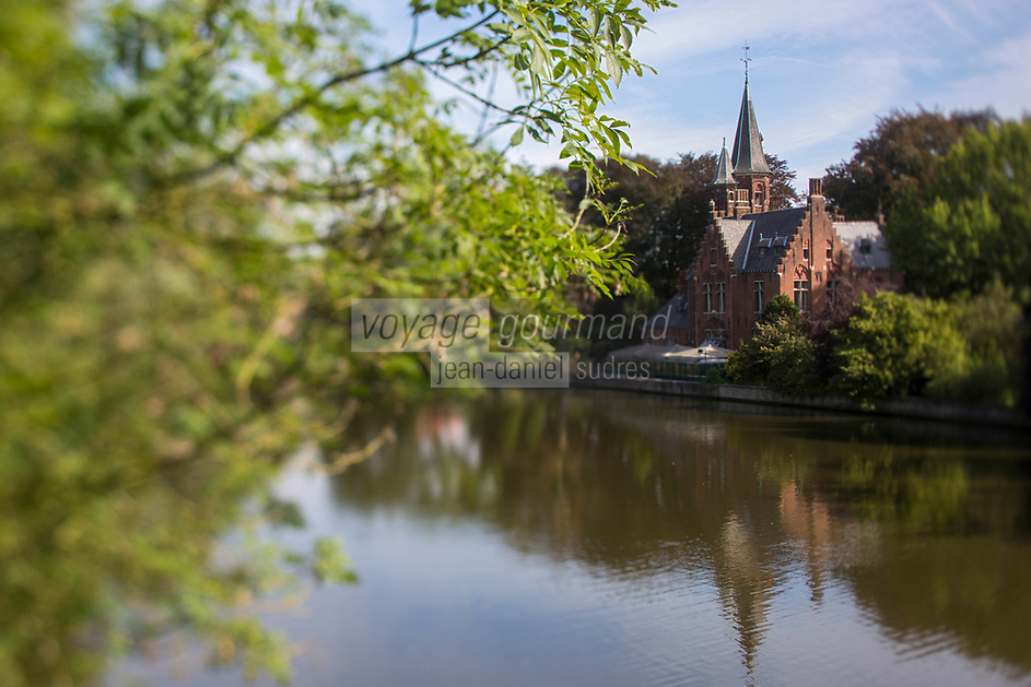 Belgique, Flandre Occidentale, Bruges, château au bord du lac Minnewater, le lac des amoureux // Belgium, Western Flanders, Bruges, castle  on the edge of Lake Minnewater, the lovers' lake