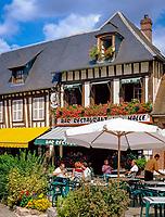 Frankreich, Haute-Normandie, Département Eure, Lyons-la-Forêt: Cafes | France, Haute-Normandy, Département Eure, Lyons-la-Forêt: Cafes in Main Square