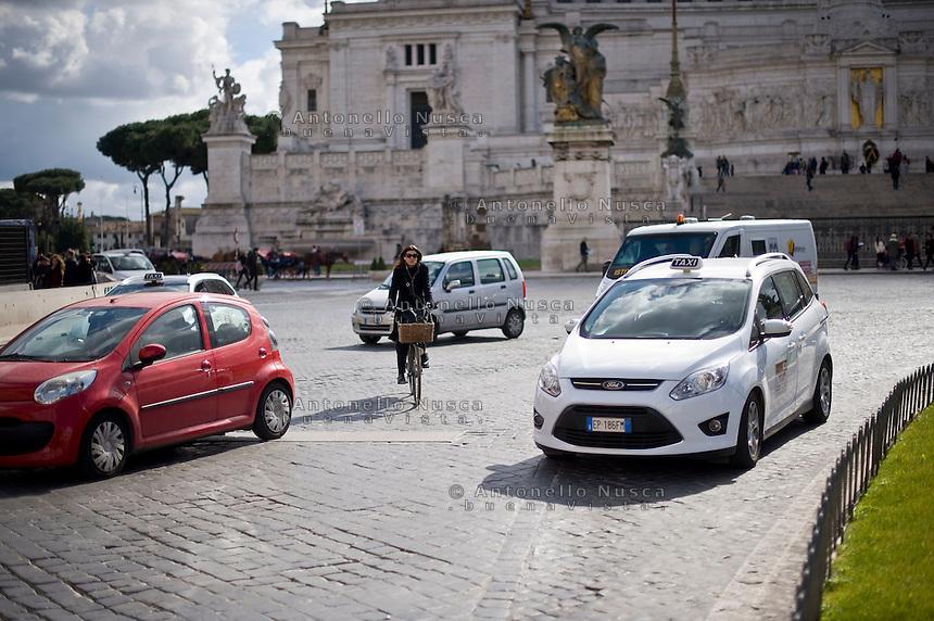 Una ciclista in Piazza Venezia