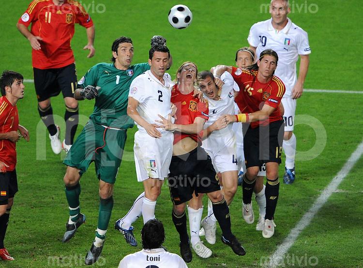 FUSSBALL EUROPAMEISTERSCHAFT 2008  Spanien - Italien    22.06.2008 v.l.: Gianluigi BUFFON, Christian PANUCCI (ITA), Fernando TORRES (ESP), Giorgio CHIELLINI (ITA) und Sergio RAMOS (ESP) im italienischen Strafraum.