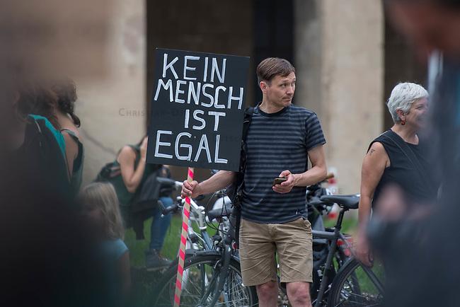 Kundgebung vor dem Berliner Polizeipraesidium am Montag den 10. Juli 2017 anlaesslich der Einstellung des Verfahrens gegen Polizisten, welche im September 2016 den irakischen Fluechtling Hussam Fadl Hussein bei einem Polizeieinsatz auf dem Gelaende einer Fluechtlingsunterkunft erschossen haben.<br /> Der 29 jaehrige Familienvater und Polizist wurde am 27.9.2016 in einer Berliner Fluechtlingsunterkunft von drei Polizisten von hinten erschossen, als er versucht haben soll sich einem festgenommenen Mann zu naehern, der seine Tochter missbraucht haben soll. Die Polizei hatte behauptet in Notwehr gehandelt zu haben, da Hussam Fadl Hussein angeblich mit einem Messer bewaffnet gewesen sein soll. Augenzeugen sagten jedoch aus, dass Hussam Fadl Hussein nicht bewaffnet gewesen sei und kein Messer gehabt habe.<br /> Die Staatsanwaltschaft hat das Ermittlungsverfahren Ende Mai 2017 mit dem Verweis auf Notwehr der Beamten eingestellt.<br /> Die Initiativen &bdquo;Reach Out&ldquo;, &bdquo;Kampagne fuer Opfer rassistischer Polizeigewalt (KOP)&ldquo;, der Fluechtlingsrat Berlin und Haman Gate (Ehefrau des Erschossenen) fordern die Wiederaufnahme der Emittlungen, eine Anklageerhebung der Staatsanwaltschaft und ein Strafverfahren gegen die Polizeibeamten, die auf Hussam Fadl geschossen haben und die sofortige Suspendierung der beschuldigten Polizisten. Um diese Forderung zu unterstuetzen haben ca. 100 Menschen vor dem Polizeipraesidium protestiert.<br /> 10.7.2017, Berlin<br /> Copyright: Christian-Ditsch.de<br /> [Inhaltsveraendernde Manipulation des Fotos nur nach ausdruecklicher Genehmigung des Fotografen. Vereinbarungen ueber Abtretung von Persoenlichkeitsrechten/Model Release der abgebildeten Person/Personen liegen nicht vor. NO MODEL RELEASE! Nur fuer Redaktionelle Zwecke. Don't publish without copyright Christian-Ditsch.de, Veroeffentlichung nur mit Fotografennennung, sowie gegen Honorar, MwSt. und Beleg. Konto: I N G - D i B a, IBAN DE58500105175400192269, BIC INGDDEFFXXX, Ko