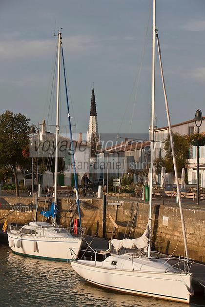 Europe/France/Poitou-Charentes/17/Charente-Maritime/Ile de Ré/Ars-en-Ré: le port, le village et le clocher de l'église Saint-Etienne peint en noir et blanc, qui sert d'amer pour les marins