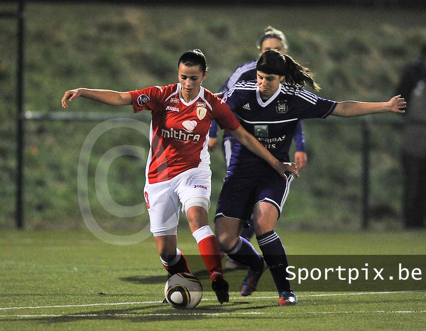 RSC Anderlecht - Standard Femina : Ibtissam Bouharat in duel met Laura De Neve.foto DAVID CATRY / Vrouwenteam.be