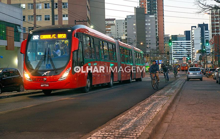 Ciclistas em canaleta exclusiva de onibus; Curitiba. Parana. 2018. Foto de Antonio Costa.