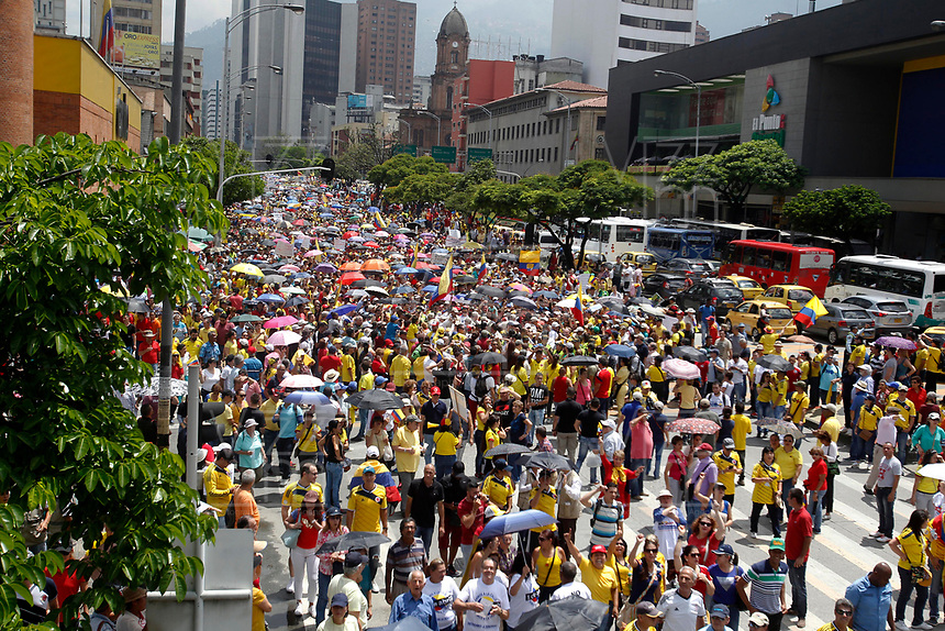 MEDELLÍN - COLOMBIA, 02 - 04 - 2017:  Aspecto de la marcha convocada por Alvaro Uribe y el centro Democrático en contra del gobierno del presidente Juan Manuel Santos. El recorrido se realizo por las principales calles de la ciudad de Medellín, Colombia. / Aspect of the politcal march convened by Alvaro Uribe and Centro Democratico party against the president Juan Manuel Santos government. The tour was made by the main streets of the city Medellin, Colombia . Photo: VizzorImage/ León Monsalve / Cont