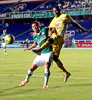 CALI - COLOMBIA -05 -03-2014: Carlos Lizarazo (Izq.) jugador de Deportivo Cali disputa el balón con Cesar Mena (Der.) jugador de Atletico Huila, durante partido pendiente de la sexta fecha de la Liga Postobon I-2014, jugado en el estadio Pascual Guerrero de la ciudad de Cali. / Carlos Lizarazo (L) player  of Deportivo Cali vies for the ball with Cesar Mena (R) player of Atletico Huila during a pending match for the sixth date of the Liga Postobon I-2014 at the Pascual Guerrero stadium in Cali city. Photo: VizzorImage  / Juan C Quintero / Str.