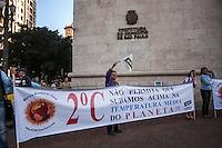 SÃO PAULO, SP, 22/09/214 - DIA MUNDIAL SEM CARRO/ PROTESTO/ DIMINUIÇÃO DE CO² - Um pequeno grupo realiza ato em frente a prefeitura de São Paulo contra as altas emissões de CO² na cidade. O grupo entregou um documento ao prefeito Fernando Haddad com todas as reinvindicações e ações para diminuição das emissões de gases que aumentam a temperatura do planeta Terra, na tarde desta segunda-feira (22), em São Paulo. (Foto: Taba Benedicto/ Brazil Photo Press)