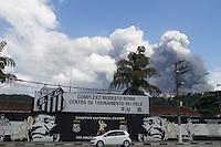 SANTOS - 02 DE ABRIL DE 2015 - INCÊNDIO ULTRACARGO - ALEMOA SANTOS/SP<br /> <br /> O incêndio nos tanques da empresa Ultracargo, situada na Alemoa em Santos/SP levantou uma enorme nuvem de fumaça que pode ser vista de todas as partes do litoral.<br /> Aqui a nuvem é vista de frente do CT Rei Pelé.<br /> <br /> Foto: Flavio Hopp/Brazil Photo Press