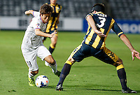 Japan's Sanfrecce Hiroshima Yoshifumi Kashiwa (L) and Central Coast Mariners Joshua Rose during their AFC Champions League match in Gosford, near Sydney, March 11, 2014. VIEWPRESS/Daniel Munoz EDITORIAL USE ONLY