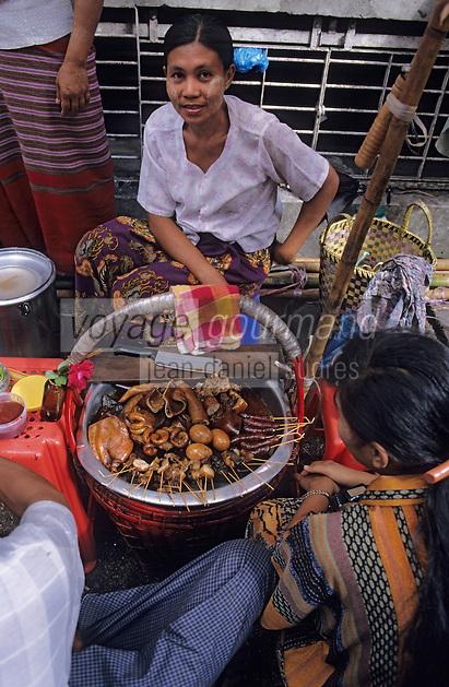 Asie/Birmanie/Myanmar/Yangon: Anawrahta Street - Détail d'un étal de restaurant de rue - Tripes et ventre de porc grillé