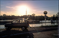 Turbigo (Milano), un pescatore al Canale Industriale con la sua Renault 4 --- Turbigo (Milan), a fisherman at the Canale Industriale canal with his Renault 4