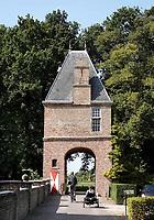 Nederland Oud-Zuilen - Augustus 2018. Toegangspoort tot Slot Zuylen. Slot Zuylen is een van de oudste kastelen aan de Vecht. Het Slot heeft een rijke familiegeschiedenis met invloedrijke bewoners, waarin vrouwen, zoals schrijfster Belle van Zuylen, een prominente rol spelen.   Foto Berlinda van Dam / Hollandse Hoogte