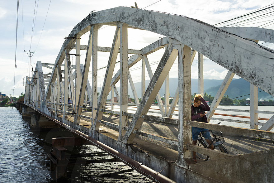 September 24, 2016 - Kampot (Cambodia). Commuters cross the old colonial bridge in Kampot town. © Thomas Cristofoletti / Ruom