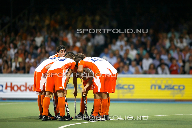 Nederland, Amsterdam, 24 augustus 2009..EK Hockey.seizoen 2009-2010.Robert van der Horst van Oranje (l) kijkt even op in het overleg met zijn medespelers