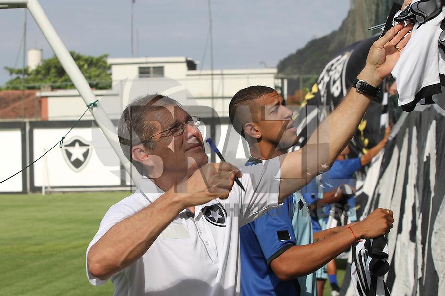 RIO DE JANEIRO, RJ, 04 DE JANEIRO DE 2012 –  Osvaldo de Oliveira, treinador do Botafogo, atende aos pedidos de autógrafo da torcida, durante a reapresentação do time, na sede de General Severiano na cidade do Rio de Janeiro nessa quarta-feira, 04. FOTO: BRUNO TURANO – NEWS FREE.