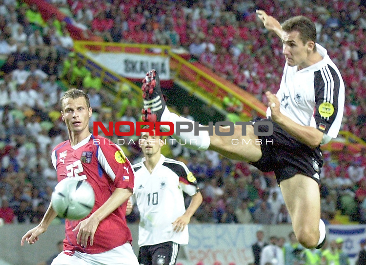 Europameisterschaft 2004 Portugal<br /> <br /> Deutschland - Tschechien<br /> <br /> Miroslav Klose (Deutschland) springt in Karatestil dem Ball nach. David Rozehnal (Tschechien) schaut zu.<br /> <br /> <br /> <br /> Foto &copy; nordphoto