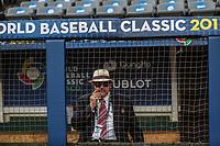 Mike Brito buscador de talentos de  Grandes Ligas del Beisbol fuma puro en ele dogout.<br /> Aspectos del partido Mexico vs Italia, durante Cl&aacute;sico Mundial de Beisbol en el Estadio de Charros de Jalisco.<br /> Guadalajara Jalisco a 9 Marzo 2017 <br /> Luis Gutierrez/NortePhoto.com