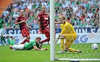 FUSSBALL   1. BUNDESLIGA   SAISON 2011/2012    3. SPIELTAG SV Werder Bremen - SC Freiburg                             20.08.2011 Clemens FRITZ  (li, Bremen) erzielt das 1:1. Torwart Oliver BAUMANN (re, Freiburg) kommt nichtz an den Ball