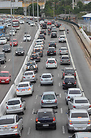 SÃO PAULO, SP, 08.05.2015 – TRÂNSITO-SP - Trânsito congestionado na Av. Moreira Guimarães, próximo ao aeroporto de Congonhas, zona sul de São Paulo na tarde desta sexta feira, 08 (Foto: Levi Bianco/Brazil Photo Press)
