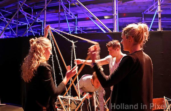 Nederland Amsterdam  2015 11 29.  EUREKA! Festival bij de Westergasfabriek. Tijdens dit veelzijdige en inspirerende festival ervaar je hoe technologie ons leven verrijkt. Mensen bouwen een toren van stokken en touw. Foto Berlinda van Dam / Hollandse hoogte