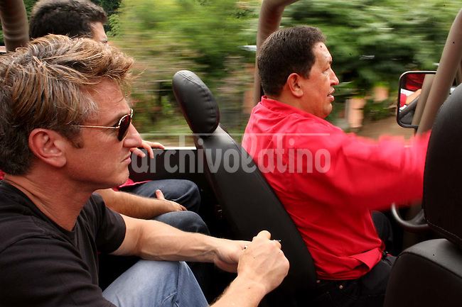 El actor Sean Penn  junto al presidente de Venezuela Hugo Chavez en en viaje en jeep desde la  ciudad de Tachira, en la frontera con Colombia, hasta un laboratorio de insumios biologicos.*Venezuelan President drives a jeep while actor Sean Penn watchs the landscape during a trip from San Antonio de Tachira, in the border with Colombia, to a rural area where the goverment built a biologic production laboratory.