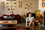 l'association l'arche acceuille des personnes handicapées mentales. Les résidents patientent dans le salon avant de passé à table.