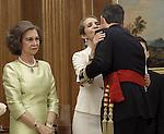 Don Juan Carlos coloca el fajín de capitán general de las Fuerzas Armadas a su hijo el Rey Felipe VI en un acto celebrado en el Palacio de la Zarzuela. Junio 19 ,2014. (ALTERPHOTOS/EFE/Pool)
