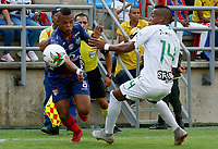 SANTA MARTA- COLOMBIA, 24-02-2019: Hernan Luna (Izq.) jugador del Unión Magdalena  disputa el balón con Jean Lucas Rivera (Der.) jugador del Atlético Nacional   durante partido por fecha 6 de la Liga Águila I 2019 jugado en el estadio Sierra Nevada de la ciudad de Santa Marta. / Hernan Luna (L) player of Union Magadalena   fights for the ball with Jean Lucas Rivera (R) player of Atletico Nacional  during match for the date 6 as part of the  Aguila League  I 2019 played at the Sierra Nevada Stadium in Santa Marta  city. Photo: VizzorImage /Gustavo Pacheco / Contribuidor