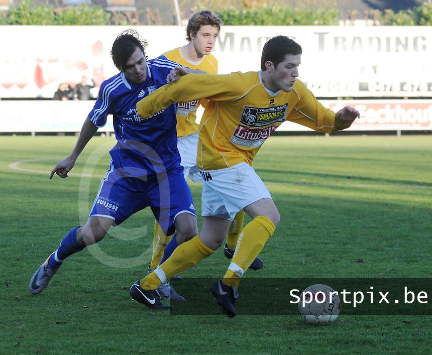 SC Wielsbeke - SK Sint-Niklaas : Donjet Shkodra aan de bal voor Nicky Melkert.foto VDB / BART VANDENBROUCKE