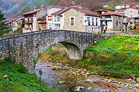 stone bridge, Soto de Aigues, village, Sobrescobio, Alba river route, Redes Natural Park, Asturias, Spain