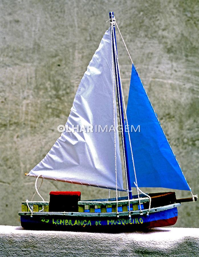 Barco veleiro de madeira, artesanato paraense. Foto de João Caldas.
