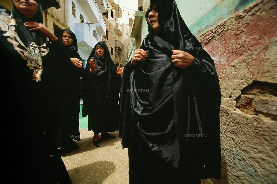 Egypt, Cairo, 2006<br />In the heart of Cairo, on the side of the Al Hossein district, the crowd invades the streets for the mourning of a relative to be burried. Not far from there, the El Khalili bazaar is a tangle of alleys invaded by tourists, craftsmen, traders and passers-by.<br />This photo was shot during a reportage on the city of Cairo for National Geographic Magazine.<br /><br />Egypte, Le Caire, 2006<br />Au c&oelig;ur du Caire, du c&ocirc;t&eacute; du quartier Al Hossein, la foule endeuill&eacute;e  envahit les rues &agrave; l'occasion de l'enterrment d'une de leurs relations.  Non loin de l&agrave;, le bazar El Khalili est un enchev&ecirc;trement de ruelles envahies de touristes, artisans, commer&ccedil;ants et passants.<br />Image prise dans le cadre d'un reportage sur le Caire pour le National Geographic magazine.