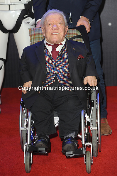 NON EXCLUSIVE PICTURE: PAUL TREADWAY / MATRIXPICTURES.CO.UK<br /> PLEASE CREDIT ALL USES<br /> <br /> WORLD RIGHTS<br /> <br /> English actor Kenny Baker attending the European Premiere of Star Wars: The Force Awakens in Leicester Square, London.<br /> <br /> DECEMBER 16th 2015<br /> <br /> REF: PTY 153700