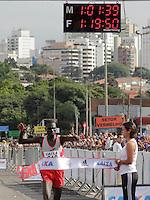 SAO PAULO, SP, 04 DE MARCO DE 2012 - MEIA MARATONA INTERNACIONAL DE SAO PAULO - Joseph Kashapin Aperumoi atleta do Quenia vencedor da prova masculina durante a largada da Meia Maratona Internacional de Sao Paulo, na Praca Charles Muller, na manha deste domingo, 04. FOTO WARLEY LEITE - BRAZIL PHOTO PRESS.