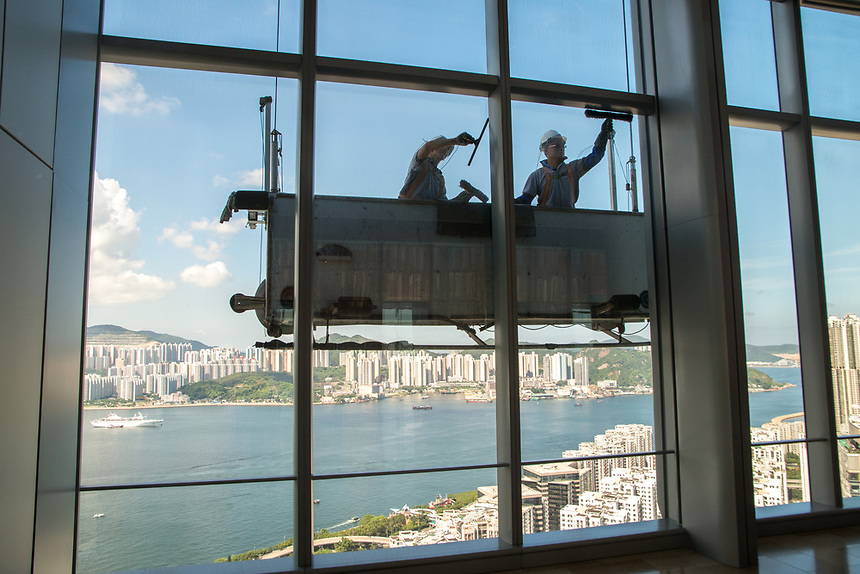 High rise window cleaning at Taikoo,Hong Kong. Jayne Russell/Alamy Stock Photo