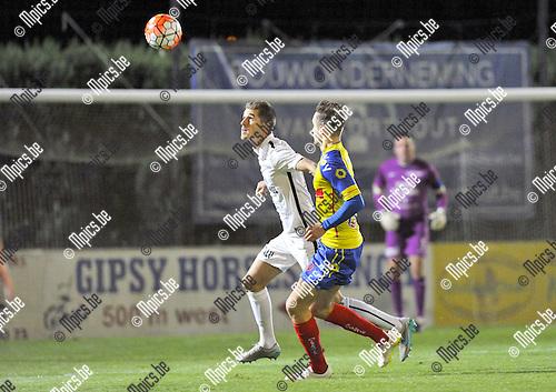 2015-09-05 / voetbal / seizoen 2015-2016 / Oosterzonen - Sprimont / Jef Van der Veken (l) (Oosterzonen) kopt de bal weg voordat Anthony Manfredy (r) (Sprimont) gevaarlijk kan worden